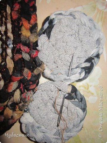 Доброго Всем времечка!!!!! Дорогие мои друзья я освоила плетение ковриков и решила поделиться тем чему сама научилась. Лето прошло и в каждом доме есть вещи которые пойдут на выброс или ветошь. Но мы с Вами как приличные тряпичницы всё в прок и с пользой. И так начну с самого начала перебирая вещи выбрала все водолазки, блузки, майки..... из трикотажа и приступила к изготовлению пряжи   фото 33