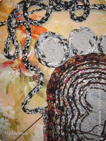 Доброго Всем времечка!!!!! Дорогие мои друзья я освоила плетение ковриков и решила поделиться тем чему сама научилась. Лето прошло и в каждом доме есть вещи которые пойдут на выброс или ветошь. Но мы с Вами как приличные тряпичницы всё в прок и с пользой. И так начну с самого начала перебирая вещи выбрала все водолазки, блузки, майки..... из трикотажа и приступила к изготовлению пряжи   фото 35