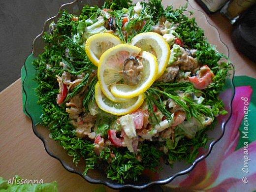 Доброе время суток...жители Страны....я с новым рецептом салатика...получается ярко и вкусно....))))))))))))) делается быстро и просто....  Для приготовления нам понадобятся следующие продукты ( пропорции произвольные ) :  свежезамороженные мидии ( можно использовать морской коктейль ) репчатый лук перец болгарский стебли сельдерея креветки зелень лимон майонез   фото 1