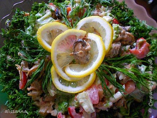 Доброе время суток...жители Страны....я с новым рецептом салатика...получается ярко и вкусно....))))))))))))) делается быстро и просто....  Для приготовления нам понадобятся следующие продукты ( пропорции произвольные ) :  свежезамороженные мидии ( можно использовать морской коктейль ) репчатый лук перец болгарский стебли сельдерея креветки зелень лимон майонез   фото 2