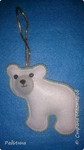 Здравствуйте, Мастера! Продолжаю готовиться к Новому году. Этот медвежонок очень популярен среди рукодельниц, вот и я не устояла, только в оригинале он с красным шарфом, а у меня без, просто медвежонок, набит слегка и обшит бисером.  фото 1