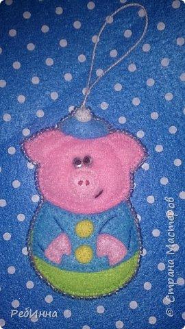 Здравствуйте, Мастера! Продолжаю готовиться к Новому году. Этот медвежонок очень популярен среди рукодельниц, вот и я не устояла, только в оригинале он с красным шарфом, а у меня без, просто медвежонок, набит слегка и обшит бисером.  фото 3