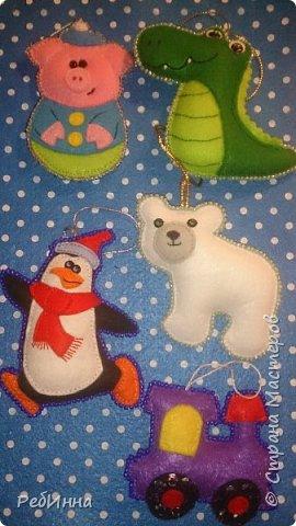 Здравствуйте, Мастера! Продолжаю готовиться к Новому году. Этот медвежонок очень популярен среди рукодельниц, вот и я не устояла, только в оригинале он с красным шарфом, а у меня без, просто медвежонок, набит слегка и обшит бисером.  фото 8