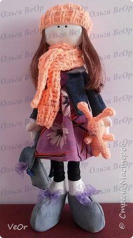 Мой первый опыт! Попробовала сшить куклу-снежку. Шить её оказалось очень интересно) (стараюсь учиться по-тихоньку, совершенствоваться в шитье)  Ростом вышла 36см. Одета как раз для осенней прогулки )) в курточке, беретке и шарфике. На прогулку взяла с собой все необходимой в рюкзачке и любимого зайку ))  фото 1
