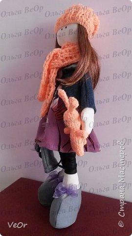 Мой первый опыт! Попробовала сшить куклу-снежку. Шить её оказалось очень интересно) (стараюсь учиться по-тихоньку, совершенствоваться в шитье)  Ростом вышла 36см. Одета как раз для осенней прогулки )) в курточке, беретке и шарфике. На прогулку взяла с собой все необходимой в рюкзачке и любимого зайку ))  фото 2