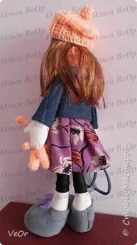 Мой первый опыт! Попробовала сшить куклу-снежку. Шить её оказалось очень интересно) (стараюсь учиться по-тихоньку, совершенствоваться в шитье)  Ростом вышла 36см. Одета как раз для осенней прогулки )) в курточке, беретке и шарфике. На прогулку взяла с собой все необходимой в рюкзачке и любимого зайку ))  фото 3
