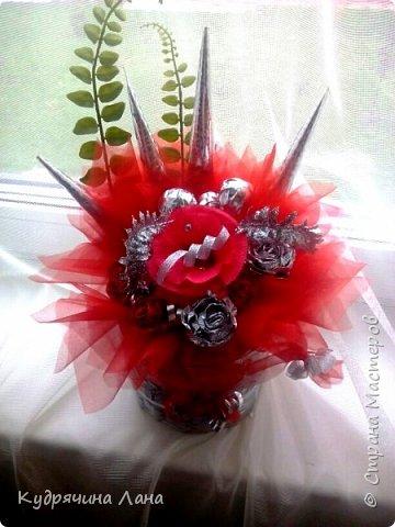 """Конфетный букет - """"Влюблен!"""" Символика красных роз известна любой уважающей себя даме: если подарил красные розы - значит, намерения имеет самые страстно-романтические. """"Влюблен!"""", """"Требую продолжения банкета"""", """"Хочу познакомиться поближе"""". фото 1"""