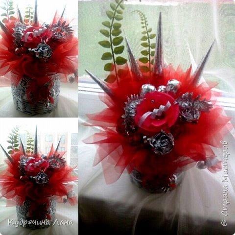 """Конфетный букет - """"Влюблен!"""" Символика красных роз известна любой уважающей себя даме: если подарил красные розы - значит, намерения имеет самые страстно-романтические. """"Влюблен!"""", """"Требую продолжения банкета"""", """"Хочу познакомиться поближе"""". фото 2"""