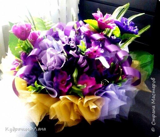 """Конфетный букет - """"Влюблен!"""" Символика красных роз известна любой уважающей себя даме: если подарил красные розы - значит, намерения имеет самые страстно-романтические. """"Влюблен!"""", """"Требую продолжения банкета"""", """"Хочу познакомиться поближе"""". фото 3"""