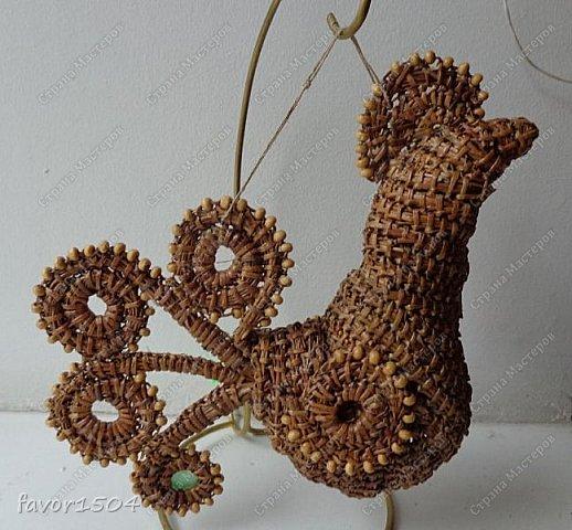Вот такой символ 2017 года у меня получился безниточным плетением из сосновой иглы с деревянными бусинами... фото 1