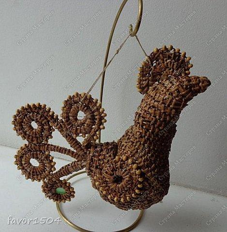 Вот такой символ 2017 года у меня получился безниточным плетением из сосновой иглы с деревянными бусинами... фото 5
