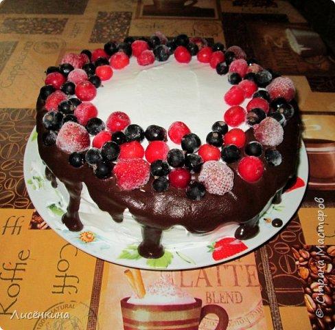 Здравствуйте дорогие мастера и мастерицы. Сегодня нашей дочке 7 месяцев и по этому случаю я испекла тортик. Бисквит шахматный и белковый крем, торт украшен глазурью и свежими ягодами.  фото 1