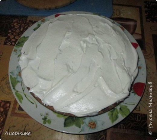 Здравствуйте дорогие мастера и мастерицы. Сегодня нашей дочке 7 месяцев и по этому случаю я испекла тортик. Бисквит шахматный и белковый крем, торт украшен глазурью и свежими ягодами.  фото 6