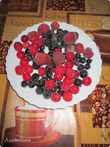 Здравствуйте дорогие мастера и мастерицы. Сегодня нашей дочке 7 месяцев и по этому случаю я испекла тортик. Бисквит шахматный и белковый крем, торт украшен глазурью и свежими ягодами.  фото 8