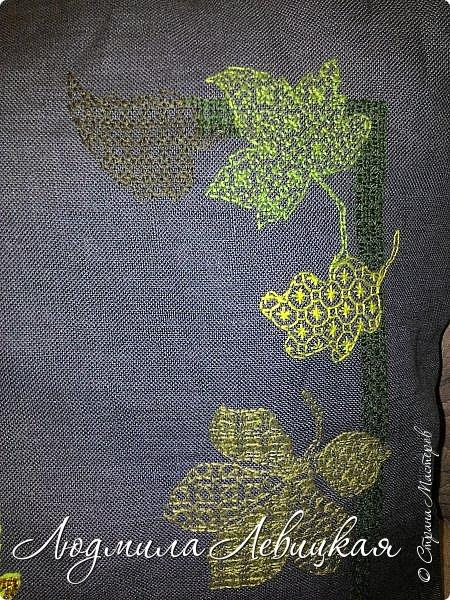 Наступила осень, и у меня родилась такая подушка... Применила разные техники. Я взяла темно-зеленый лен за основу, на котором разместила вышитые зеленые листья (они символизируют ушедшее лето) и осенние листья из фетра в виде аппликации... фото 2