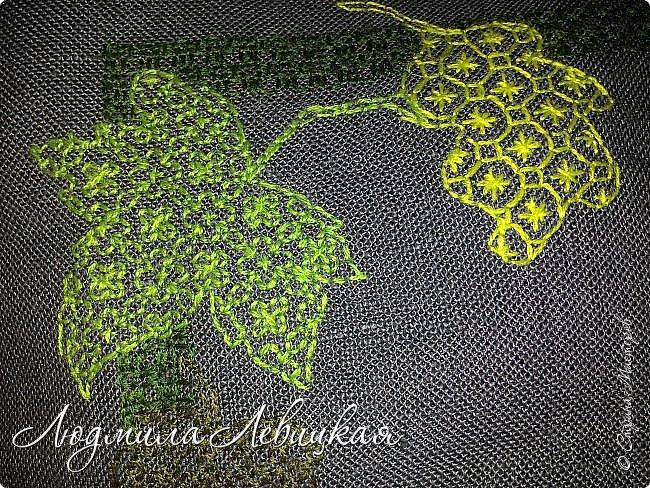 Наступила осень, и у меня родилась такая подушка... Применила разные техники. Я взяла темно-зеленый лен за основу, на котором разместила вышитые зеленые листья (они символизируют ушедшее лето) и осенние листья из фетра в виде аппликации... фото 3