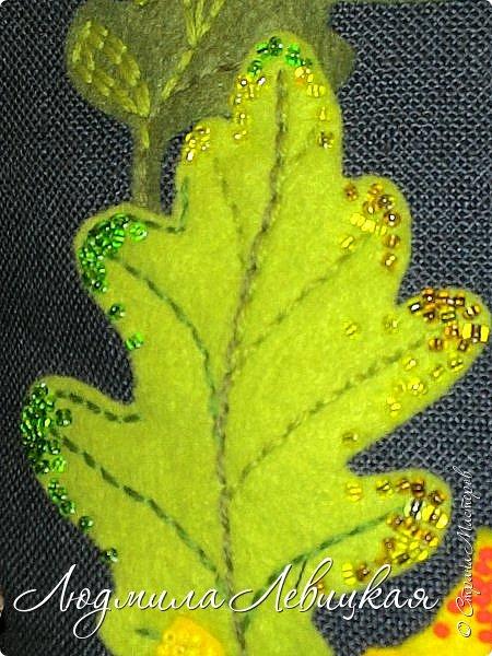 Наступила осень, и у меня родилась такая подушка... Применила разные техники. Я взяла темно-зеленый лен за основу, на котором разместила вышитые зеленые листья (они символизируют ушедшее лето) и осенние листья из фетра в виде аппликации... фото 4
