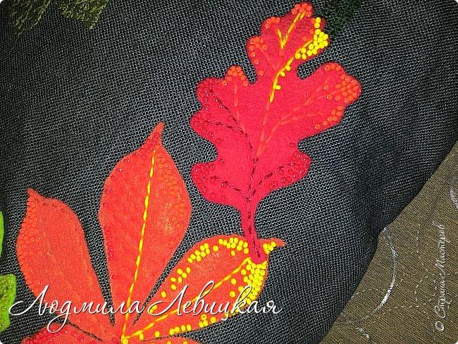 Наступила осень, и у меня родилась такая подушка... Применила разные техники. Я взяла темно-зеленый лен за основу, на котором разместила вышитые зеленые листья (они символизируют ушедшее лето) и осенние листья из фетра в виде аппликации... фото 5