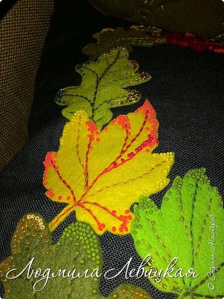 Наступила осень, и у меня родилась такая подушка... Применила разные техники. Я взяла темно-зеленый лен за основу, на котором разместила вышитые зеленые листья (они символизируют ушедшее лето) и осенние листья из фетра в виде аппликации... фото 7