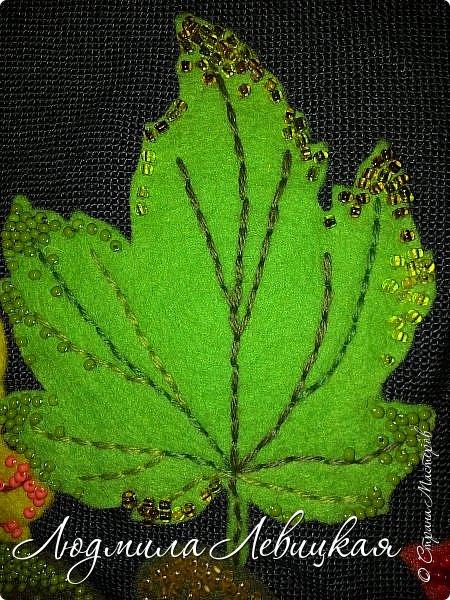 Наступила осень, и у меня родилась такая подушка... Применила разные техники. Я взяла темно-зеленый лен за основу, на котором разместила вышитые зеленые листья (они символизируют ушедшее лето) и осенние листья из фетра в виде аппликации... фото 10