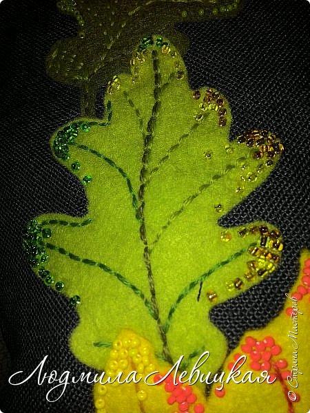 Наступила осень, и у меня родилась такая подушка... Применила разные техники. Я взяла темно-зеленый лен за основу, на котором разместила вышитые зеленые листья (они символизируют ушедшее лето) и осенние листья из фетра в виде аппликации... фото 11