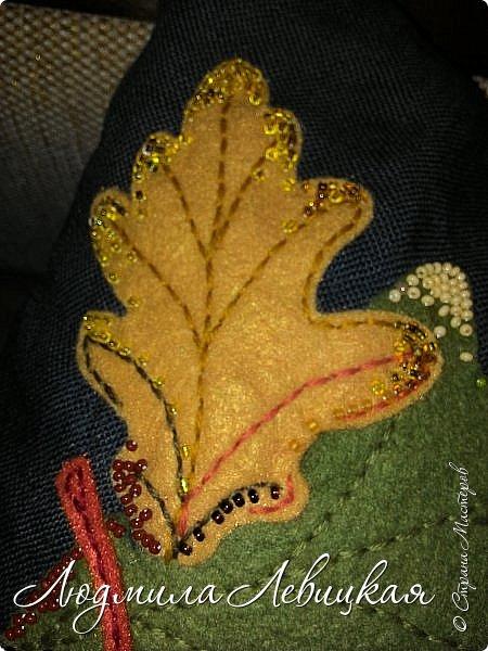 Наступила осень, и у меня родилась такая подушка... Применила разные техники. Я взяла темно-зеленый лен за основу, на котором разместила вышитые зеленые листья (они символизируют ушедшее лето) и осенние листья из фетра в виде аппликации... фото 9
