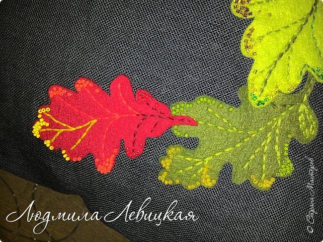 Наступила осень, и у меня родилась такая подушка... Применила разные техники. Я взяла темно-зеленый лен за основу, на котором разместила вышитые зеленые листья (они символизируют ушедшее лето) и осенние листья из фетра в виде аппликации... фото 8