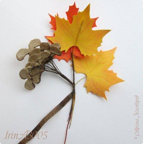 Букет кленовый свеж и так хорош! В нём - музыка, поэзия и счастье. Он с золотой короной очень схож, Сияющей среди тоски ненастья. Кружит, кружит осенний листопад, В букеты листья клёнов собирает.  фото 13