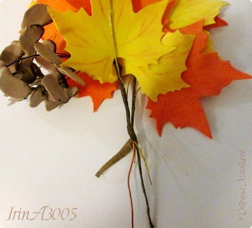 Букет кленовый свеж и так хорош! В нём - музыка, поэзия и счастье. Он с золотой короной очень схож, Сияющей среди тоски ненастья. Кружит, кружит осенний листопад, В букеты листья клёнов собирает.  фото 16