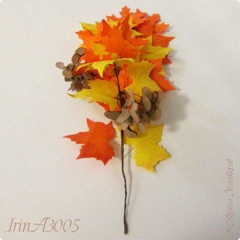 Букет кленовый свеж и так хорош! В нём - музыка, поэзия и счастье. Он с золотой короной очень схож, Сияющей среди тоски ненастья. Кружит, кружит осенний листопад, В букеты листья клёнов собирает.  фото 17