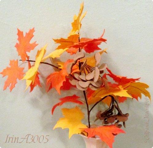Букет кленовый свеж и так хорош! В нём - музыка, поэзия и счастье. Он с золотой короной очень схож, Сияющей среди тоски ненастья. Кружит, кружит осенний листопад, В букеты листья клёнов собирает.  фото 19
