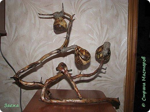 Лампа сделана из декоративной высушенной тыквы.Рисунок  на тыкве сделан выжигателем. Основа лампы- ветка. фото 1
