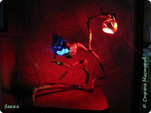 Лампа сделана из декоративной высушенной тыквы.Рисунок  на тыкве сделан выжигателем. Основа лампы- ветка. фото 6