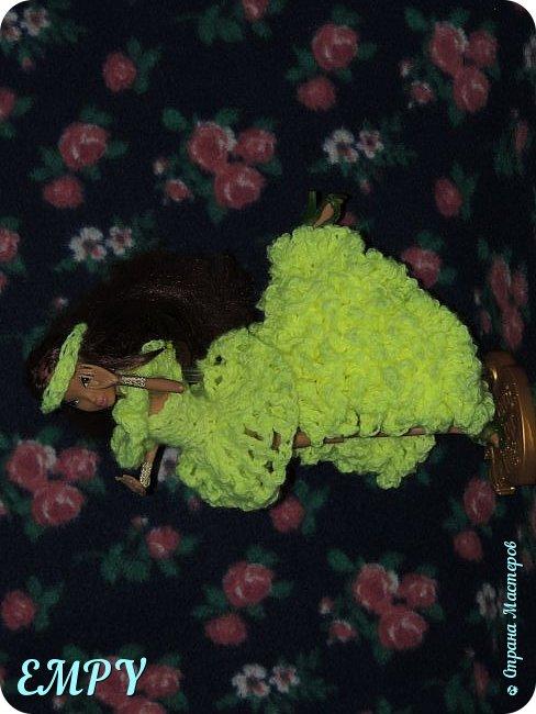 """Привет, мастера и мастерицы! Сегодня я покажу вам бальное платье у Самиры.    Моя подруга начала смотреть сериал Винкс, и мне сало любопытно, но это ещё не все. когда я связала платье для Алисы, начала вязать для Лены. я собиралась вязать для всех кукол и дошла очередь до Самиры. Мне в голову пришла мысль, о том, что она - Винкс и наряд должен быть соответствующий. В Яндексе я набрала """"Винкс """" и на первой картинке были все превращения блум.  Меня заинтересовало превращение гармоникс и я решила сделать что-то  на подобие.  Вот что получилось. Качество фото опять не такое,  что с фотиком, не знаю. И ещё извините за прическу.  фото 2"""