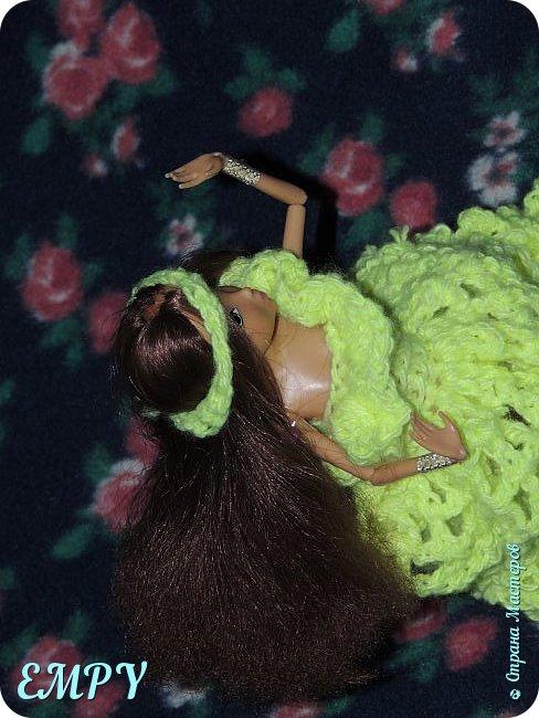 """Привет, мастера и мастерицы! Сегодня я покажу вам бальное платье у Самиры.    Моя подруга начала смотреть сериал Винкс, и мне сало любопытно, но это ещё не все. когда я связала платье для Алисы, начала вязать для Лены. я собиралась вязать для всех кукол и дошла очередь до Самиры. Мне в голову пришла мысль, о том, что она - Винкс и наряд должен быть соответствующий. В Яндексе я набрала """"Винкс """" и на первой картинке были все превращения блум.  Меня заинтересовало превращение гармоникс и я решила сделать что-то  на подобие.  Вот что получилось. Качество фото опять не такое,  что с фотиком, не знаю. И ещё извините за прическу.  фото 3"""