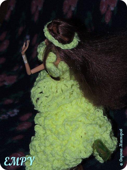 """Привет, мастера и мастерицы! Сегодня я покажу вам бальное платье у Самиры.    Моя подруга начала смотреть сериал Винкс, и мне сало любопытно, но это ещё не все. когда я связала платье для Алисы, начала вязать для Лены. я собиралась вязать для всех кукол и дошла очередь до Самиры. Мне в голову пришла мысль, о том, что она - Винкс и наряд должен быть соответствующий. В Яндексе я набрала """"Винкс """" и на первой картинке были все превращения блум.  Меня заинтересовало превращение гармоникс и я решила сделать что-то  на подобие.  Вот что получилось. Качество фото опять не такое,  что с фотиком, не знаю. И ещё извините за прическу.  фото 5"""