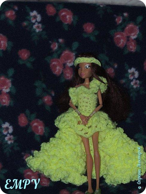 """Привет, мастера и мастерицы! Сегодня я покажу вам бальное платье у Самиры.    Моя подруга начала смотреть сериал Винкс, и мне сало любопытно, но это ещё не все. когда я связала платье для Алисы, начала вязать для Лены. я собиралась вязать для всех кукол и дошла очередь до Самиры. Мне в голову пришла мысль, о том, что она - Винкс и наряд должен быть соответствующий. В Яндексе я набрала """"Винкс """" и на первой картинке были все превращения блум.  Меня заинтересовало превращение гармоникс и я решила сделать что-то  на подобие.  Вот что получилось. Качество фото опять не такое,  что с фотиком, не знаю. И ещё извините за прическу.  фото 6"""