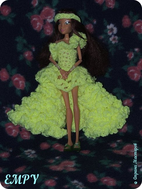 """Привет, мастера и мастерицы! Сегодня я покажу вам бальное платье у Самиры.    Моя подруга начала смотреть сериал Винкс, и мне сало любопытно, но это ещё не все. когда я связала платье для Алисы, начала вязать для Лены. я собиралась вязать для всех кукол и дошла очередь до Самиры. Мне в голову пришла мысль, о том, что она - Винкс и наряд должен быть соответствующий. В Яндексе я набрала """"Винкс """" и на первой картинке были все превращения блум.  Меня заинтересовало превращение гармоникс и я решила сделать что-то  на подобие.  Вот что получилось. Качество фото опять не такое,  что с фотиком, не знаю. И ещё извините за прическу.  фото 7"""