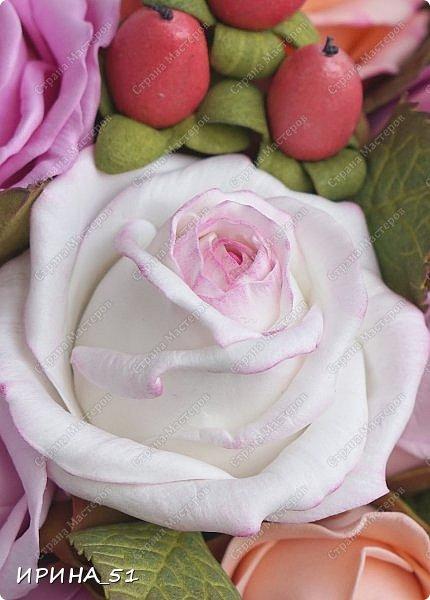 Здравствуйте! Рада видеть Вас у себя в гостях.  Недавно закончила работу над новой, очень нежной композицией с розами из фоамирана.  Композиция была сделана на заказ для интерьера кухни.  Приглашаю к просмотру.  фото 11