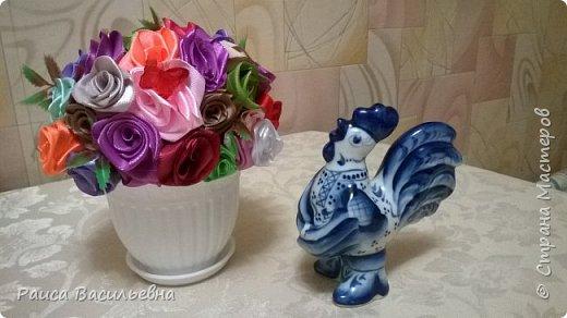 В этом месяце у подружек дни рождения, вот и подготовила два вазона с разными цветами. Этот с розами. фото 1