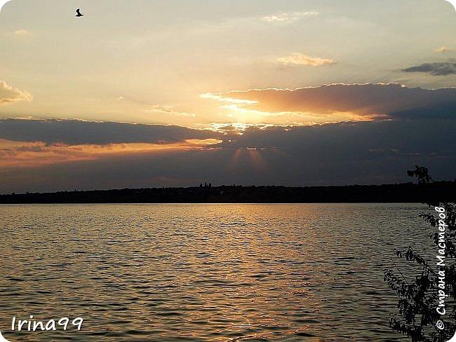 Есть в каждом Божьем дне своя краса: И в солнечном, и в сером, и в дождливом. И даже в самом мрачном и унылом - Душой увидеть можно чудеса... Честное слово...не знаю чьи это строки....просто нашла в Инете....простите уж! Но как мне хочется чтобы все увидели всю красоту природы...забыли обо всех неурядицах нашей сложной жизни...и глазами и душой... Начну со своего любимого-заката. Согласитесь, что  над рекой закаты красивее , чем на море. фото 49