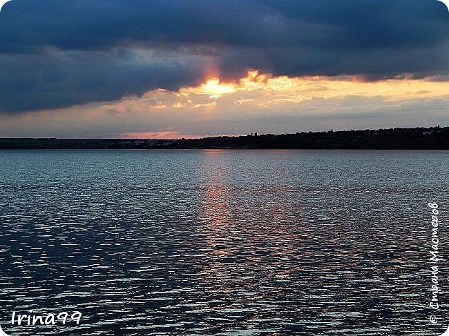 Есть в каждом Божьем дне своя краса: И в солнечном, и в сером, и в дождливом. И даже в самом мрачном и унылом - Душой увидеть можно чудеса... Честное слово...не знаю чьи это строки....просто нашла в Инете....простите уж! Но как мне хочется чтобы все увидели всю красоту природы...забыли обо всех неурядицах нашей сложной жизни...и глазами и душой... Начну со своего любимого-заката. Согласитесь, что  над рекой закаты красивее , чем на море. фото 42