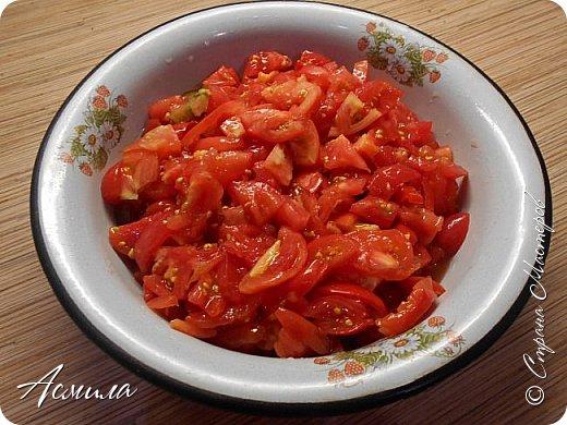 Заканчивается сезон заготовок. Последние овощи прыгают в банки, чтобы порадовать нас долгой зимой. Особенно мелкая морковь так и спешит найти себе достойное применение. А в этом простом и вкусном салате - ей самое место!  Нам понадобится: 1,5 кг красных помидор,1 кг моркови, 100 г сахара, 1 ст. ложка соли, 1 стакан подсолнечного масла, 100 г чеснока, 1 ст. ложка чёрного молотого перца, 1 ст. ложка 9% уксуса. фото 2
