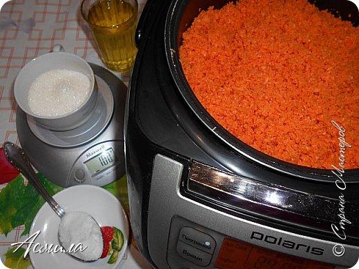 Заканчивается сезон заготовок. Последние овощи прыгают в банки, чтобы порадовать нас долгой зимой. Особенно мелкая морковь так и спешит найти себе достойное применение. А в этом простом и вкусном салате - ей самое место!  Нам понадобится: 1,5 кг красных помидор,1 кг моркови, 100 г сахара, 1 ст. ложка соли, 1 стакан подсолнечного масла, 100 г чеснока, 1 ст. ложка чёрного молотого перца, 1 ст. ложка 9% уксуса. фото 4