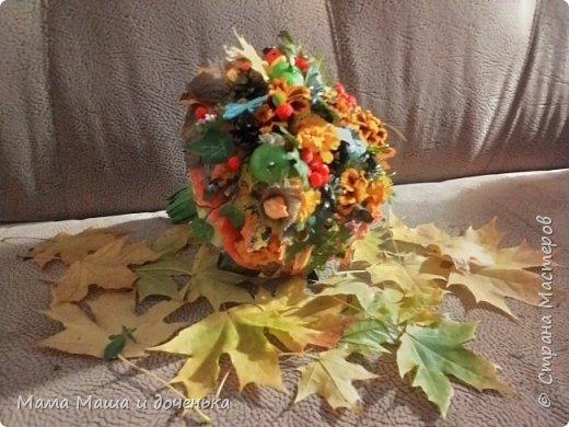Вот такой яркий букетик я сегодня сделала для подруги, использовала различные природные материалы, шишки, искусственные яблочки, кору и сухоцветы. Смотрите и наслаждайтесь яркими осенними красками!!!!  фото 2