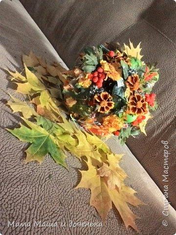 Вот такой яркий букетик я сегодня сделала для подруги, использовала различные природные материалы, шишки, искусственные яблочки, кору и сухоцветы. Смотрите и наслаждайтесь яркими осенними красками!!!!  фото 6