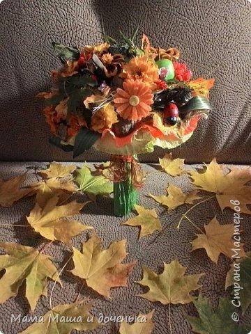 Вот такой яркий букетик я сегодня сделала для подруги, использовала различные природные материалы, шишки, искусственные яблочки, кору и сухоцветы. Смотрите и наслаждайтесь яркими осенними красками!!!!  фото 1