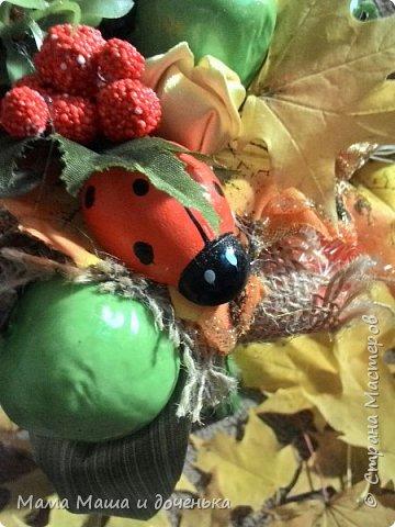 Вот такой яркий букетик я сегодня сделала для подруги, использовала различные природные материалы, шишки, искусственные яблочки, кору и сухоцветы. Смотрите и наслаждайтесь яркими осенними красками!!!!  фото 5