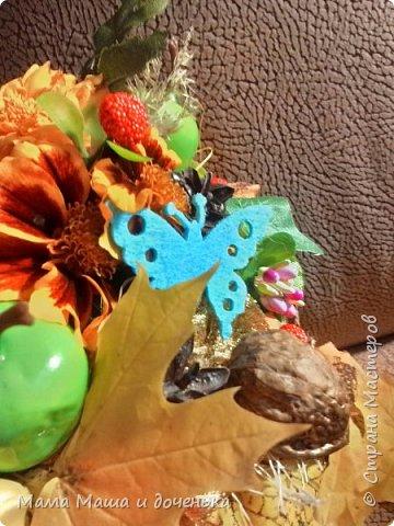Вот такой яркий букетик я сегодня сделала для подруги, использовала различные природные материалы, шишки, искусственные яблочки, кору и сухоцветы. Смотрите и наслаждайтесь яркими осенними красками!!!!  фото 4