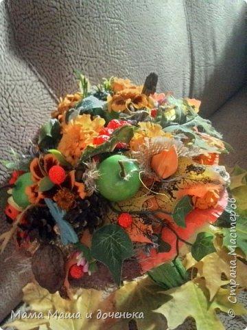 Вот такой яркий букетик я сегодня сделала для подруги, использовала различные природные материалы, шишки, искусственные яблочки, кору и сухоцветы. Смотрите и наслаждайтесь яркими осенними красками!!!!  фото 3